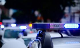 К дому в Вологде, в котором нашли тело пропавшей девочки, продолжают сходиться люди