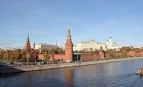 Кремль не считает возможным назначить поголовные выплаты россиянам за вакцинацию от COVID-19